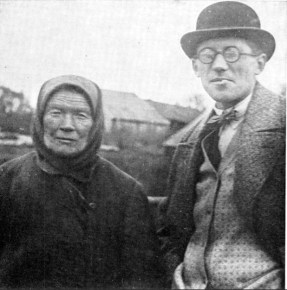 Le Corbusier standing next to a Russian peasant woman (1928)