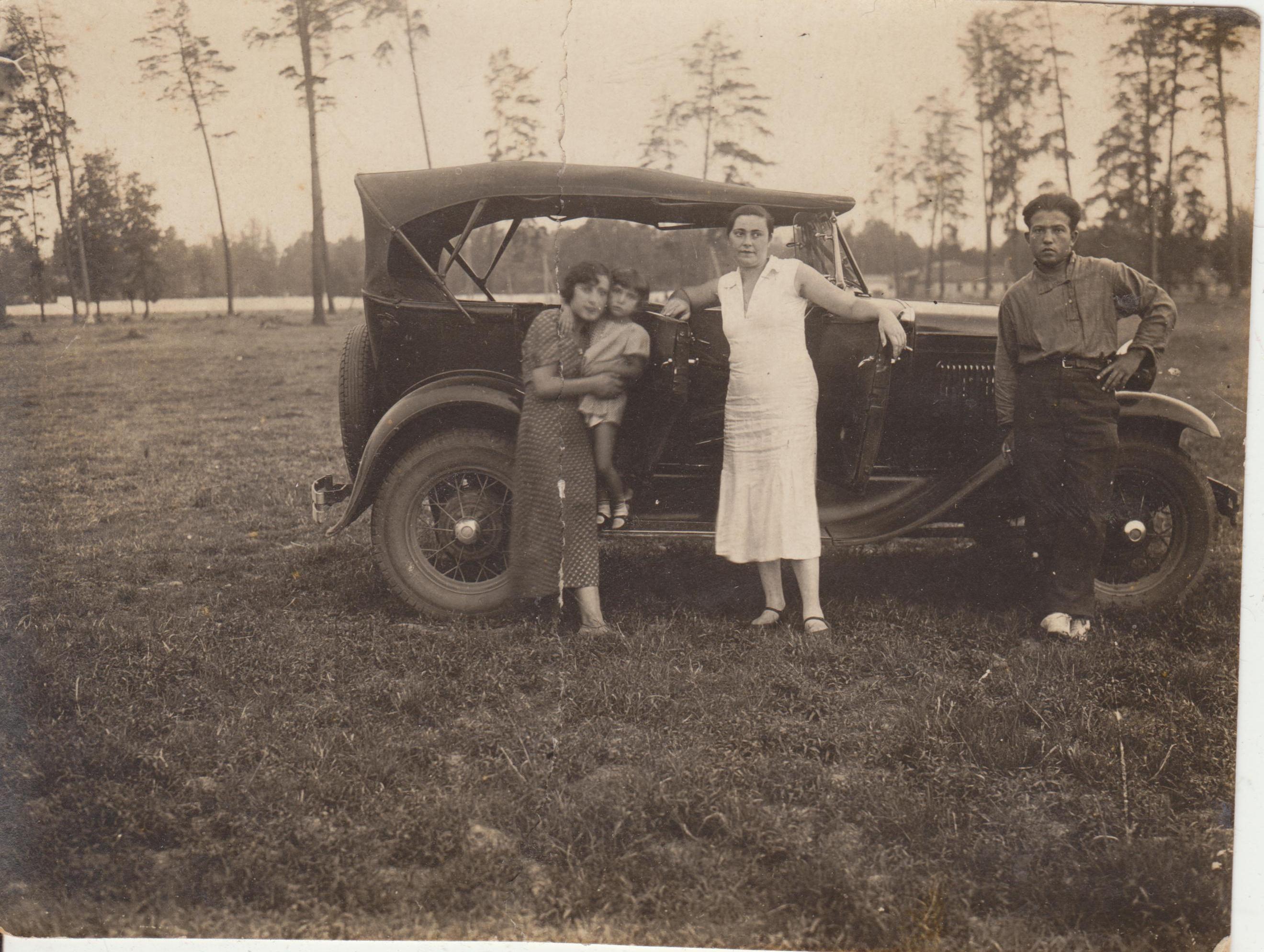 это ГАЗ-А, автомобиль, который я очень люблю. Фотография датирована августом 1936 года