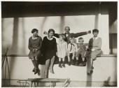 T. Lux Feininger (1910–2011)Oskar Schlemmer mit seiner Frau Tut (rechts), Gunta Stölzl (2. v.li.) und seinen Kindern: Tilman, Jaina und Karin vor seinem Meisterhaus in Dessau, 1927/28Gelatinesilberabzug, 8,3 × 11,0 cmStiftung Bauhau
