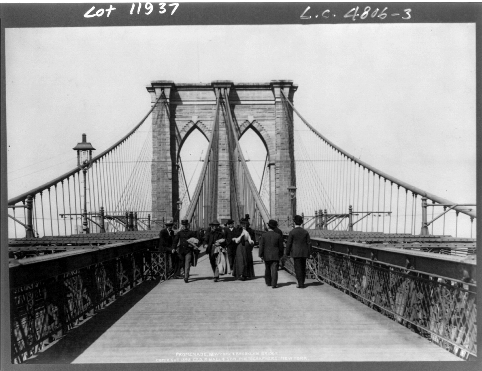 Pedestrian crossing at the Brooklyn Bridge in New York City (1898)