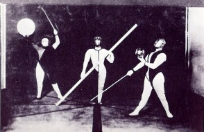 Illustration 6: Form dance (Oskar Schlemmer, Werner Siedhoff, Walter Kaminskii). Photo by Erich Consemüller.