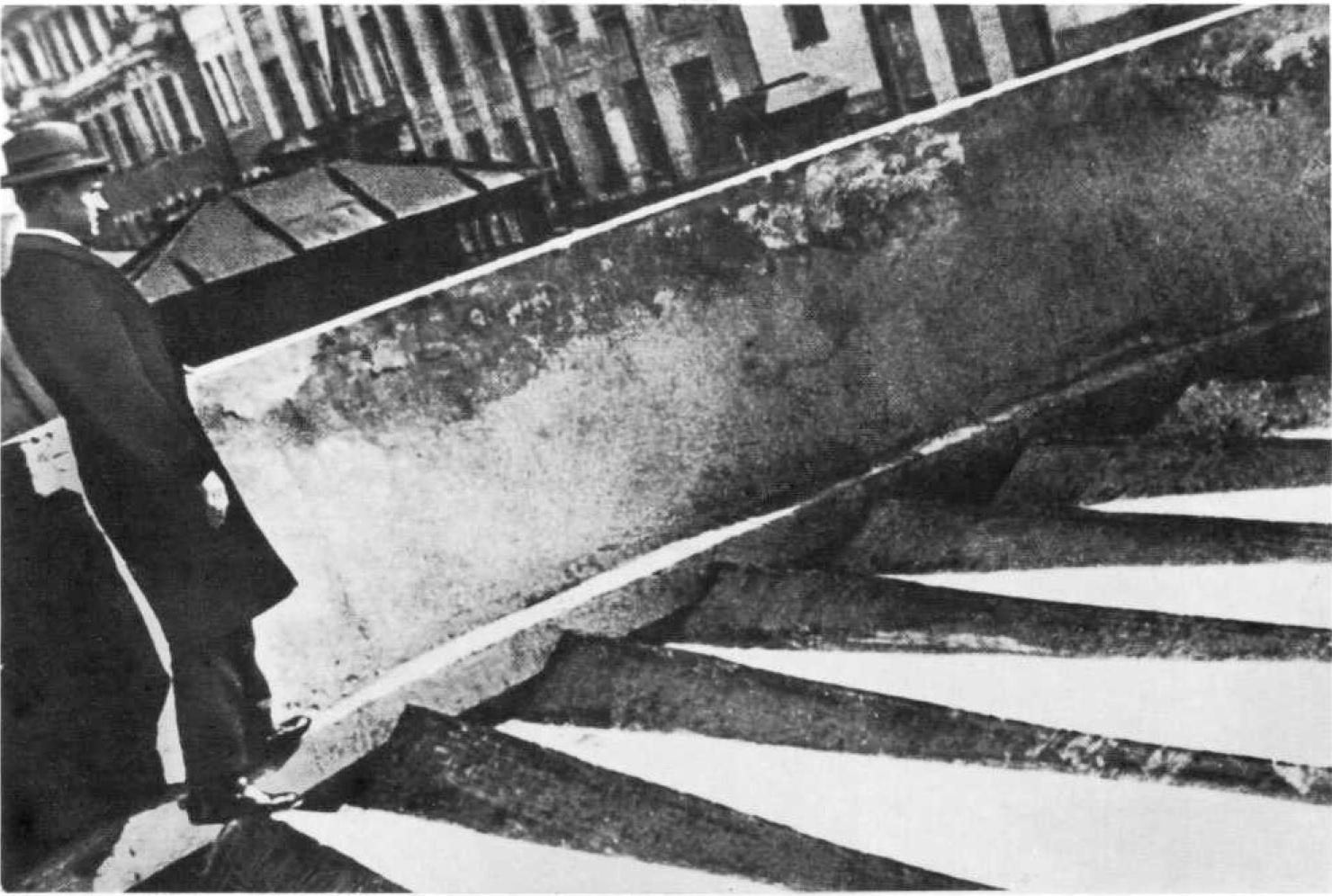 Konstantin Mel'nikov walking along the rooftop terrace (1929)