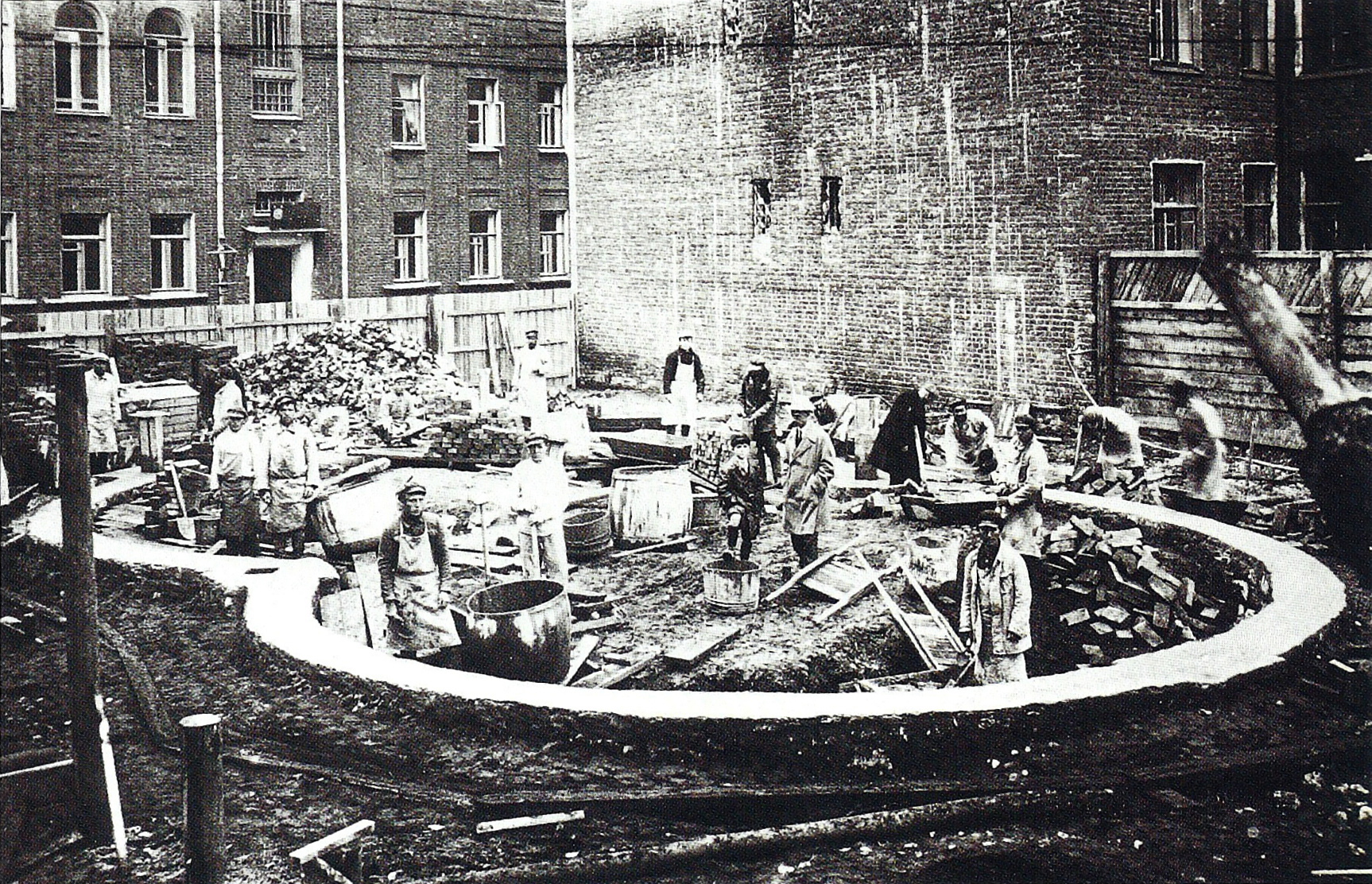 Workers laying the foundations for the Melnikov house (1927)