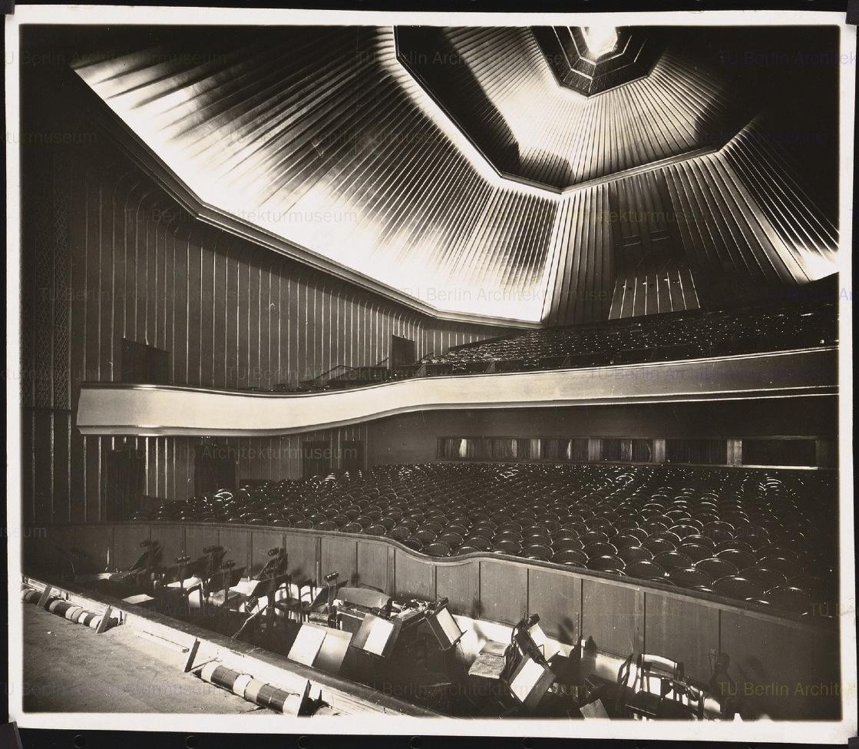 Hans Poelzig (1869-1936) Capitol-Lichtspiele am Zoo, Berlin (1924-1926) Blick von Bühne zum Rang Foto Foto auf Papier 16,1 x 18,5 cm Inv.-Nr. F 1670