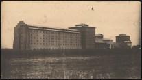Hans Poelzig (1869-1936) Chemische Fabrik, Luban (1909-1911) Schwefelsäure-Fabrik, perspektivische Seitenansicht Foto Foto auf Karton 52,00 x 94,00 cm Inv.-Nr. 2637