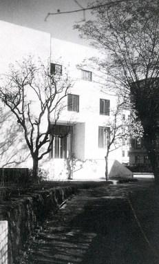 HAUS WITTGENSTEIN. Vista de la entrada desde la cara sudoeste, foto de 1930 (The Wittgenstein House, Bernhard Leitner, Princeton Architectural Press).