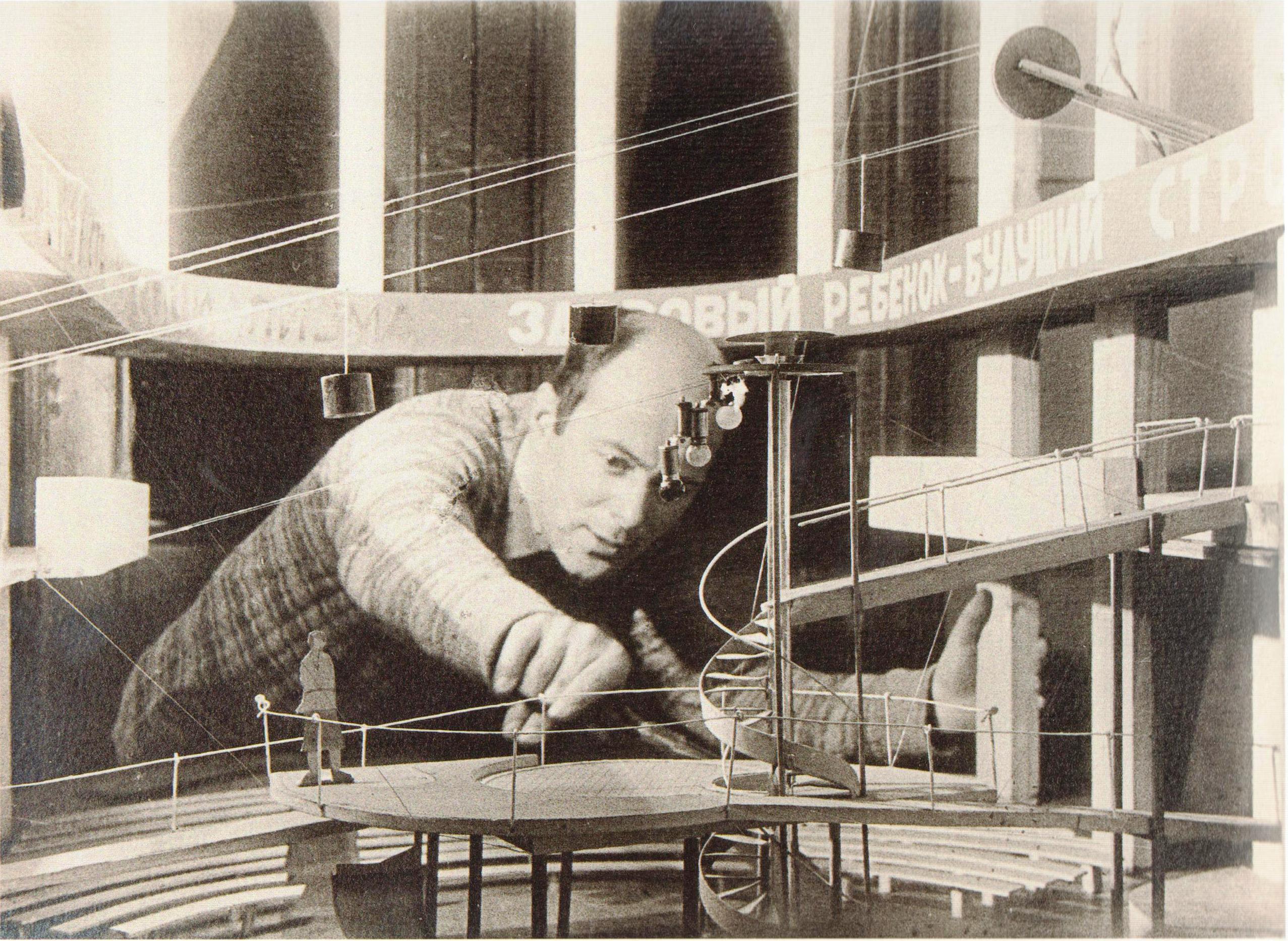 Эль Лисицкий за работой над макетом организации пространства для неосуществленной постановки театра В. Э. Мейерхольда по пьесе С. М. Третьякова %22Хочу ребенка%22. 1928a