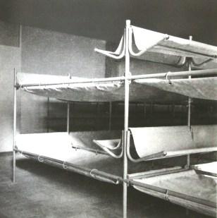 La Cité du Refuge de l'Armée du Salut (Le Corbusier et Pierre Jeanneret architectes, Charlotte Perriand équipements intérieur), Paris, 1932-1933 Le dortoir, literie en tube et toile