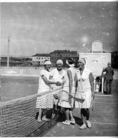 1928 Теннисные команды Москвы и Ленинграда на Всезоюзной спартакиаде, прошедшей на стадионе %22Динамо%22