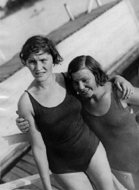 Deux nageuses épuisées, Spartakiades de 1928. Hymne de 1928 recréé pour l'occasion
