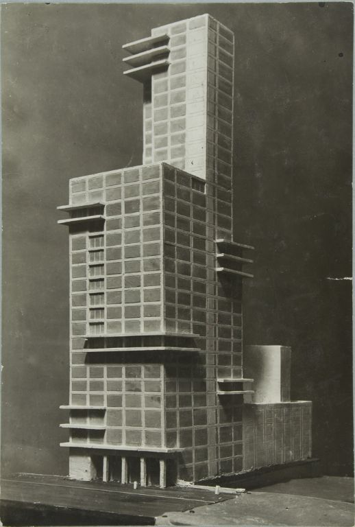 """Walter Gropius and Adolf Meyer: Competition Entry for """"Chicago Tribune"""" Tower (1922). Model, dynamic perspective."""