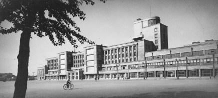 Kirov Palace of Culture on Vasileostrovskii island, designed by Noi Trotskii and S.N. Kazak (1931-1937), photo 1946