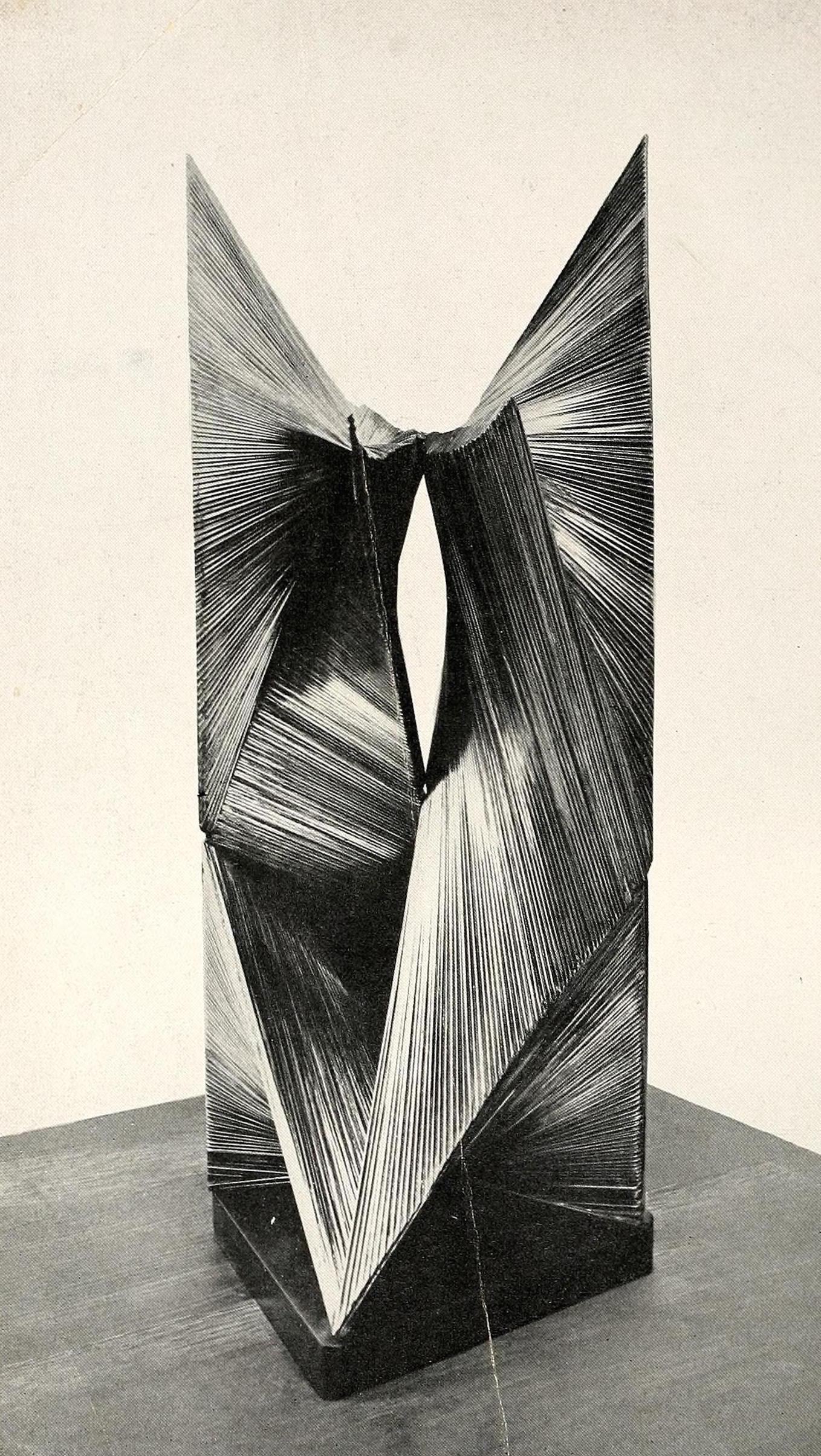 "Antoine Pevsner, developable surface (1938), Oxidized bronze on slate base, 25,5"" high1"