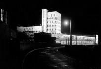 """Robert Bothner, Stuttgart- Weißenhofsiedlung, Restaurant """"Schönblick"""" von Architekt Behr bei Nacht 1929"""