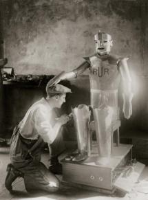 ENGLAND - JANUARY 01: A robot, that talks and moves: Mr. Refell, inventor and engineer from Surrey completes his radio-controlled automatic wight, which will inaugurate the Model Engineering Exhibition in the Royal Horticultural Hall in London. Photography around 1935. (Photo by Imagno/Getty Images) [Ein Roboter, der spricht und sich bewegt: Mr. Refell, Erfinder und Motor-Ingenieur aus Surrey, legt letzte Hand an seinen radiogesteuerten mechanischen Menschen, der die Model Engineering Exhibition in der Londoner Royal Horticultural Hall eroeffnen wird. Photographie um 1935.]