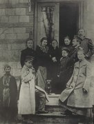 Маяковский (на переднем плане) с родными и знакомыми на крыльце дома Чейшвили. Кутаис. 1904 год