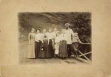 Маяковский с родными и знакомыми на мосту около дома К. Кучухидзе. Багдади. 1900