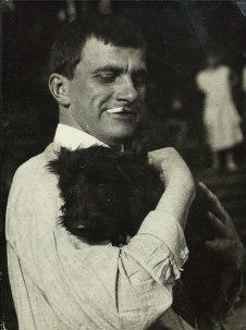 Маяковский с собакой Скотиком. Пушкино. 1924