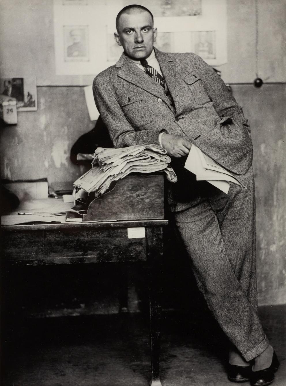 ALEXANDER RODCHENKO, Poet Vladimir Mayakovsky in Redaktion / in editorial office, Moscow 1927