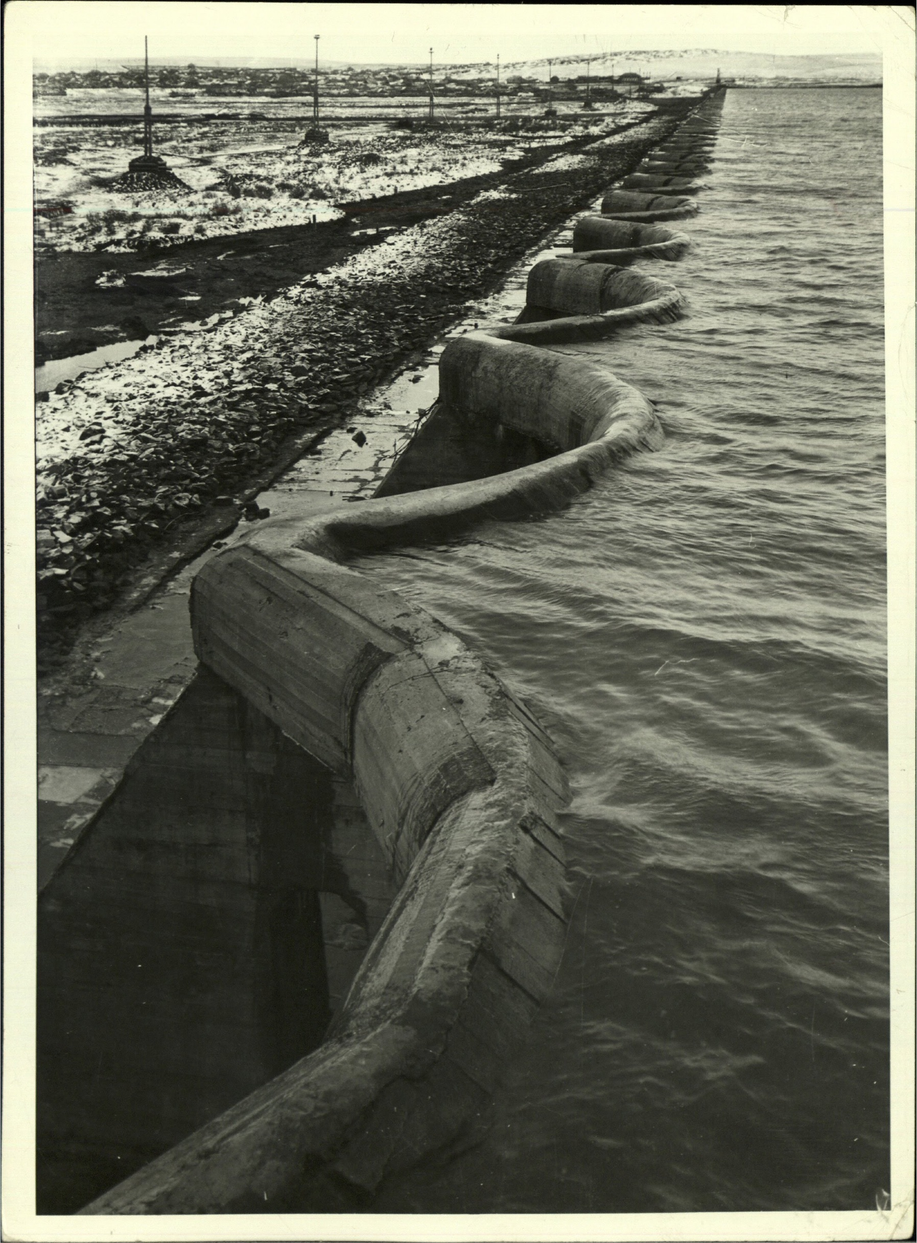 Margaret Bourke-White, Concrete dam-like breakwater on lake (Magnitogorsk, 1931)