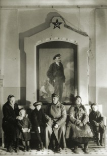 Margaret Bourke-White, Russian children waiting their turn at a children's clinic in front of a painting of Lenin (Moscow, 1931)