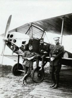Hendrik de Man in legeruniform als onderluitenant bij een vliegtuig met 2 Russische soldaten tijdens een missie naar Rusland, 1917