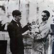 José Carlos Mariátegui con Artemio Ocaña, quien lleva en brazos a su hijo Sandro, Roma 1922