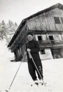 Zwart-witfoto van Hendrik de Man op de ski's in La Cluzas in de Haute Savoie in Frankrijk. Jaren 1940.