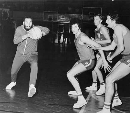 fidel-castro-playing-basketball-14900334_10111950646435634_4565053012581597059_n