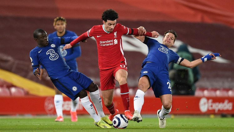 Kante and Azpilicueta battle for the ball against Liverpool