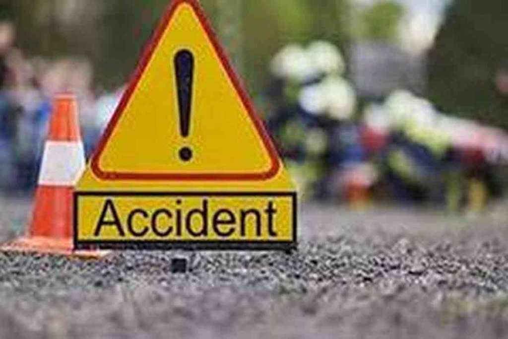 Pickup vehicle full of laborers collides with Alto, 8 seriously injured