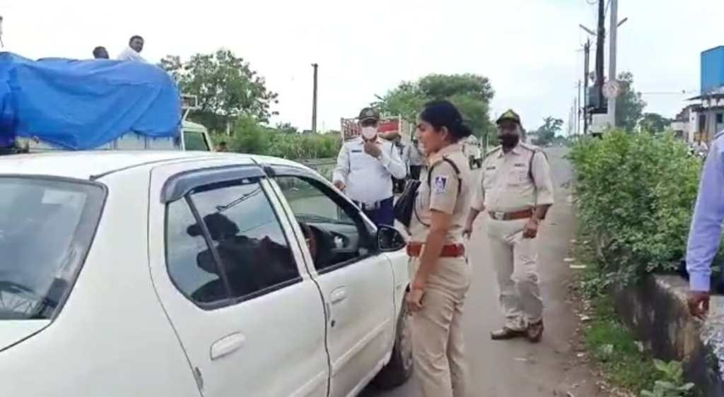 The traffic police made a challan, then the car driver ran away, after five days he was caught