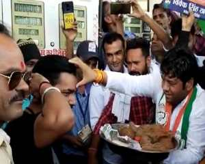 Congress's unique performance against rising inflation, people's aarti on filling petrol