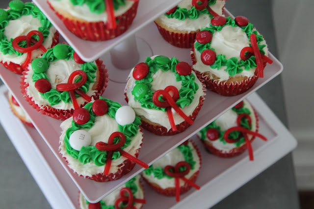 Easy Christmas Wreath Cupcakes || The Chirping Moms