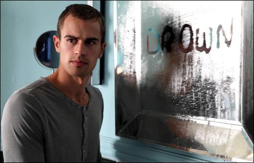Jed essayant de comprendre ce que veut le fantôme de la semaine (1x01)