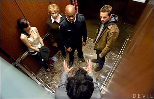 Cinq inconnus coincés dans un ascenseur