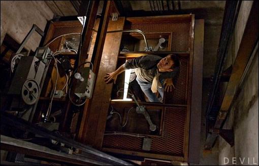 Oh tient, et si on jetait un (très) rapide coup d'oeil au-dessus de l'ascenseur ?
