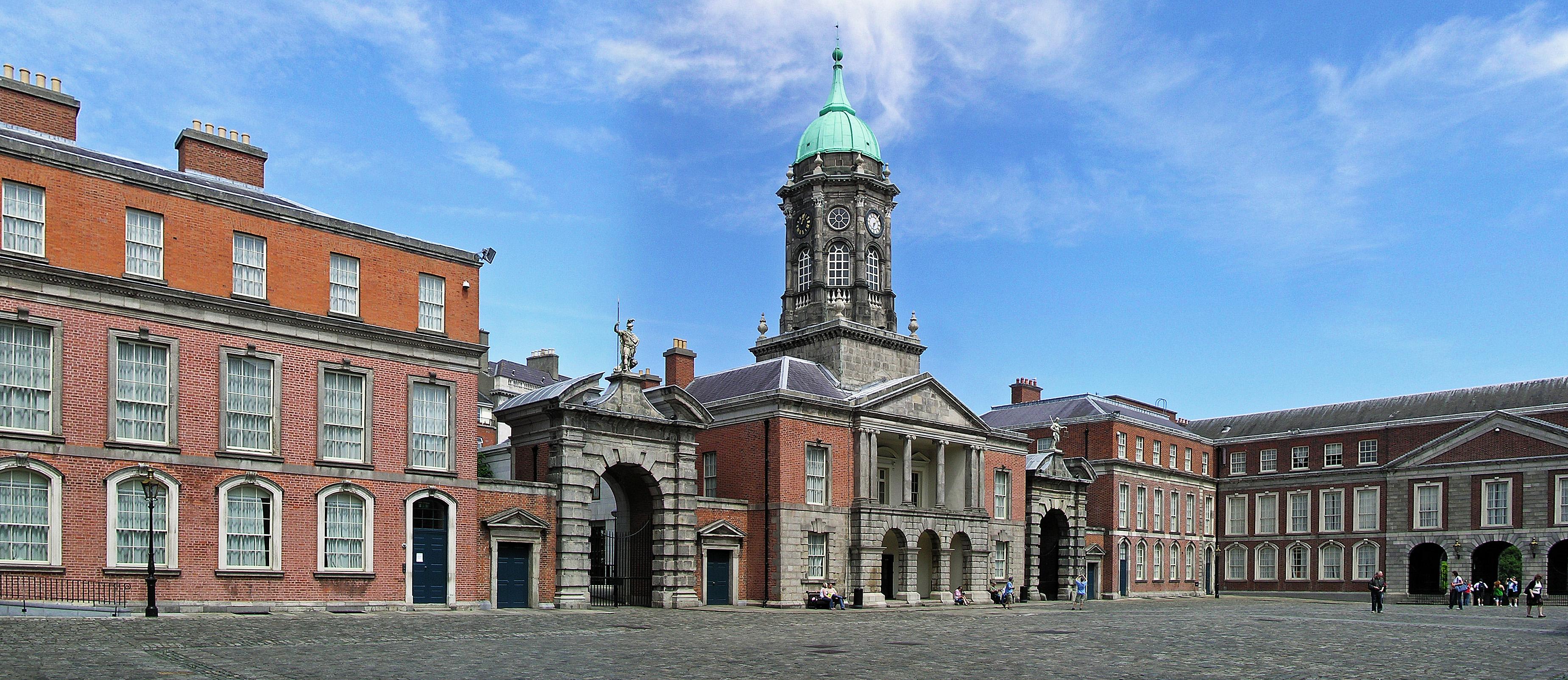 (Ireland)_Dublin_Castle_Up_Yard.JPG