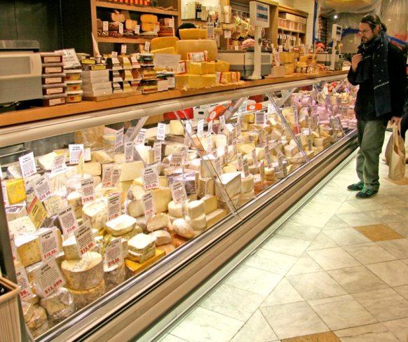 Murray's Cheese Heaven (http://www.newyorkdailyphoto.com/nydppress/wp-content/uploads/2007/01/MurraysCheese2.jpg)