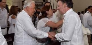President Juan Manuel Santos greets former President Belisario Betancur during a church service on Monday. (Courtesy Presidencia de la Republica)