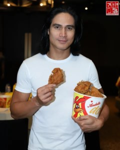 Piolo Pascual with a bucket of Andok's Spicy Dokito