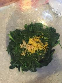 Mix spinach, garlic and lemon