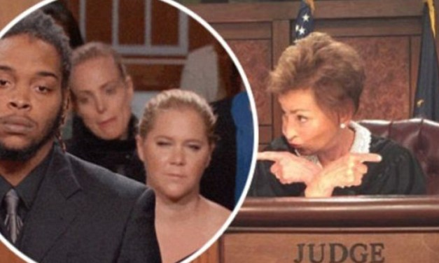 Judge Judy lets Amy Schumer and her sister photobomb her TV courtroom