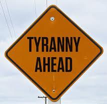 tiranía por delante