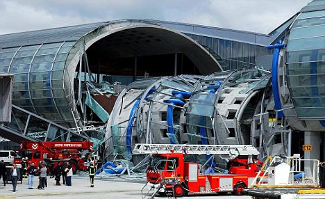 The concrete roof, roughly 30 m-long section of France airport collapsed into a boarding footpath