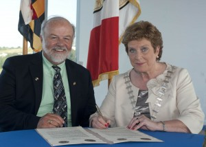 Councillor, Barbara Murray, Mayor of the County of Cork and John P. McDonough, Maryland Secretary of State at the formal signing of a Friendship Agreement between the State of Maryland, United States of America and Cork County at Cork County Hall.