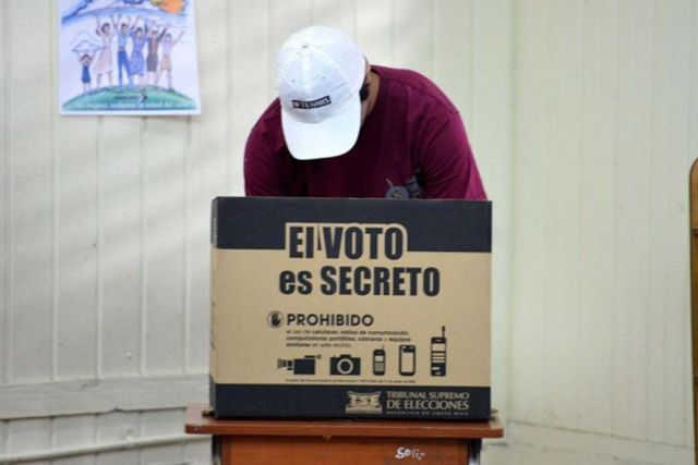 Costa Rican voters participated in a 1st round to elect their new president.