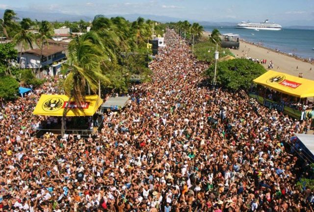 Carnival in Puntarenas has a very tropical environment.