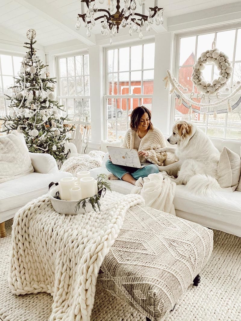 These Quick and Easy Farmhouse Christmas Decorating Ideas are going to make your Holiday Decorating a breeze!