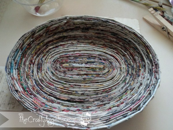 newspaper weaving newspaper weaved tray tutorial (2)